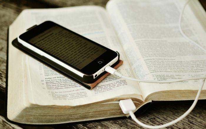 Bibel mit Handy